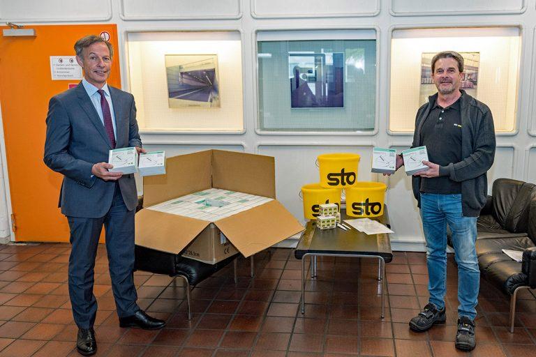 Oberbürgermeister Udo Bausch nimmt 1.000 Atemschutzmasken von Baustoffhersteller Sto für Seniorenwohnheime und GPR entgegen